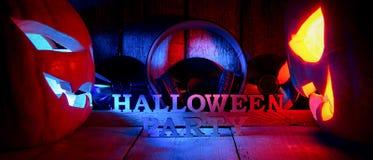 Le concept de Halloween deux rougeoyant lumière oranjous et bleue Images stock