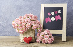 Le concept de jour de mères de l'oeillet de papier fleurit avec la maman d'amour Photos stock