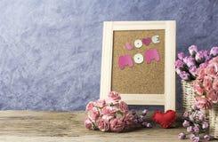 Le concept de jour de mères de l'oeillet de papier fleurit avec la maman d'amour Images stock
