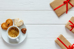 Le concept de jour de valentines a enveloppé le café de cadeaux avec des sucreries sur le bois Image libre de droits