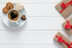 Le concept de jour de valentines a enveloppé le café de cadeaux avec des sucreries sur le bois Photographie stock libre de droits
