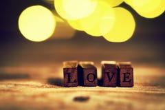 Le concept de jour du ` s d'amour ou de Valentine avec les lettres en bois AIMENT sur un OE Photo libre de droits