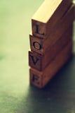 Le concept de jour du ` s d'amour ou de Valentine avec les lettres en bois AIMENT sur un OE Images libres de droits