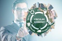 Le concept de l'économie circulaire avec l'homme d'affaires photos libres de droits