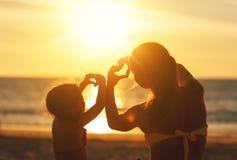 Le concept de l'amour, de la condition parentale et de la famille heureuse Mère et chi Images stock