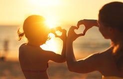 Le concept de l'amour, de la condition parentale et de la famille heureuse Mère et chi Images libres de droits
