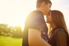 le concept de l'amour et des relations Le type et une fille sont kissin Photos libres de droits