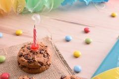 Le concept de l'anniversaire avec émettre de la vapeur éteint de bougie élevé luttent photographie stock libre de droits