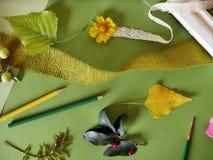 Le concept de l'automne tôt, une composition des baies, légumes, fleurs, feuilles, matériaux d'art photographie stock