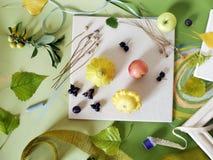 Le concept de l'automne tôt, une composition des baies, légumes, fleurs, feuilles, matériaux d'art photos stock