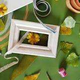 Le concept de l'automne tôt, une composition des baies, légumes, fleurs, feuilles, matériaux d'art photos libres de droits