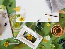 Le concept de l'automne tôt, une composition des baies, légumes, fleurs, feuilles, matériaux d'art photo stock