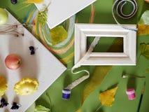 Le concept de l'automne tôt, une composition des baies, légumes, fleurs, feuilles, matériaux d'art image libre de droits
