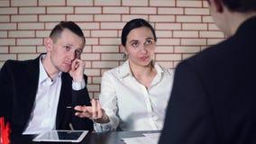 Le concept de l'entrevue avec le candidat et deux de l'interviewer banque de vidéos