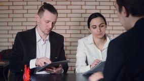 Le concept de l'entrevue avec le candidat et deux de l'interviewer clips vidéos