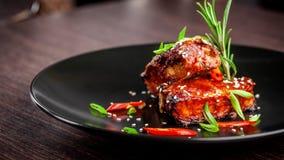 Le concept de la cuisine américaine Nervures de rôti de porc, cuit au four et vitré en sauce barbecue plats de portion dans le re image libre de droits