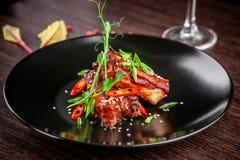 Le concept de la cuisine américaine Nervures de rôti de porc, cuit au four et vitré en sauce barbecue plats de portion dans le re images libres de droits