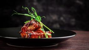 Le concept de la cuisine américaine Nervures de rôti de porc, cuit au four et vitré en sauce barbecue plats de portion dans le re photographie stock