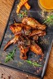 Le concept de la cuisine indienne Ailes et jambes de poulet cuites au four en sauce à moutarde de miel Plats de portion dans le r image libre de droits