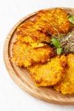 Le concept de la cuisine ukrainienne Draniki des pommes de terre et de la pompe Photo libre de droits