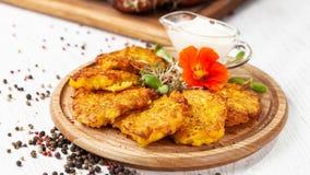 Le concept de la cuisine ukrainienne Draniki des pommes de terre et de la pompe Images libres de droits