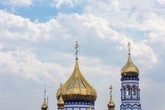 Le concept de la foi dans Dieu : Croix orthodoxe contre un ciel nuageux image stock