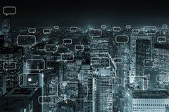 Le concept de la mise en réseau sociale avec la ville Photographie stock libre de droits