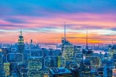 Le concept de la mise en réseau sociale avec la ville Images stock