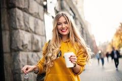 Le concept de la mode de rue jeunes jeans de port élégants de boyfrend d'étudiante, sweetshot jaune lumineux d'espadrilles blanch Image libre de droits