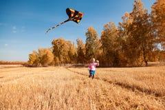 Le concept de la récréation extérieure de livestyle et de famille en automne photos libres de droits