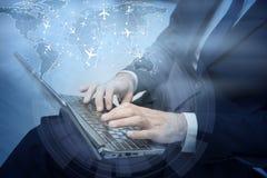 Le concept de la réservation en ligne avec l'homme d'affaires et l'ordinateur portable images stock