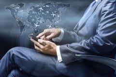 Le concept de la réservation en ligne avec l'homme d'affaires et le smartphone Images stock