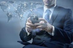 Le concept de la réservation en ligne avec l'homme d'affaires et le smartphone Photos stock
