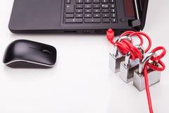 Le concept de la sécurité de réseau informatique avec le triple padlocks au-dessus de c Image libre de droits