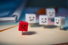 Le concept de la tristesse, solitude, d?ception Caract?res form?s des goupilles de bureau photographie stock libre de droits