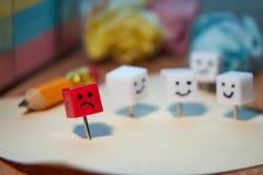 Le concept de la tristesse, solitude, d?ception Caract?res form?s des goupilles de bureau images stock