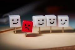 Le concept de la tristesse, solitude, d?ception Caract?res form?s des goupilles de bureau Fond fonc? images libres de droits