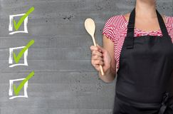 Le concept de liste de contrôle est montré par le cuisinier image libre de droits