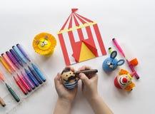 Le concept de Pâques avec des oeufs faits main mignons et gais, un lapin, un clown, un homme fort et un lion photo libre de droits