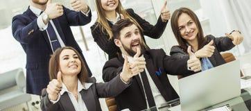 Le concept de succès dans l'équipe favorable aux entreprises d'affaires compose un geste des pouces Photo stock