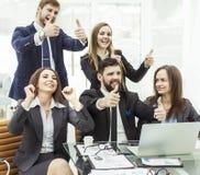 Le concept de succès dans l'équipe favorable aux entreprises d'affaires compose un geste des pouces Images libres de droits
