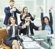 Le concept de succès dans l'équipe favorable aux entreprises d'affaires compose un geste des pouces Image stock