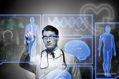 Le concept de télémédecine avec le docteur appuyant sur les boutons virtuels photographie stock libre de droits