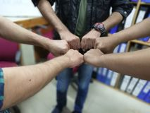 Le concept de Team Teamwork Join Hands Partnership, collaborent projet Tendance croisée de ton de traitement et de fente nouvelle photos libres de droits