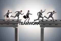Le concept de travail d'équipe avec des gens d'affaires de pont de croisement Photos libres de droits