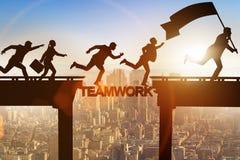 Le concept de travail d'équipe avec des gens d'affaires de pont de croisement Photo stock
