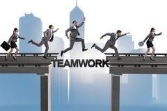 Le concept de travail d'équipe avec des gens d'affaires de pont de croisement Images libres de droits
