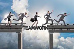 Le concept de travail d'équipe avec des gens d'affaires de pont de croisement Photo libre de droits
