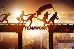 Le concept de travail d'équipe avec des gens d'affaires de pont de croisement Photographie stock libre de droits