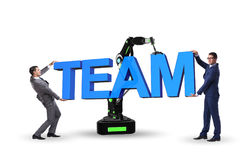 Le concept de travail d'équipe avec l'homme d'affaires et le bras robotique Images stock